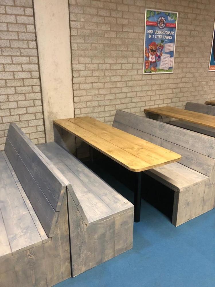 Steigerhout bankjes en tafels bij indoor pretpark maasluis