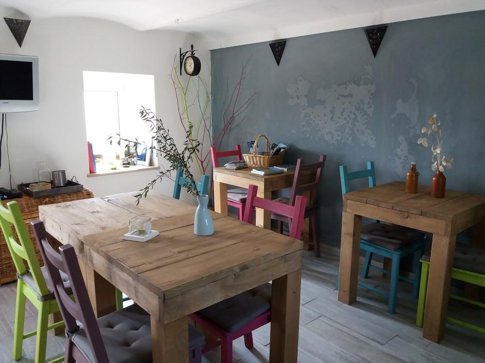 Steigerhout tafels in ontbijtruimte
