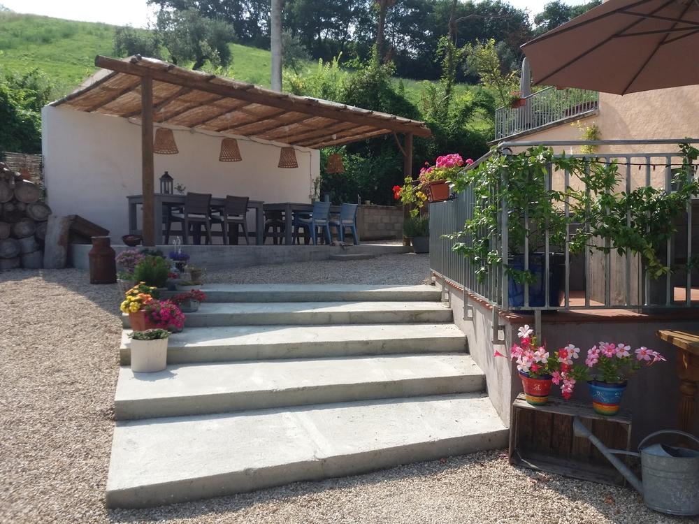 Steigerhout kloostertafels onder zonnedak bij b&b in Italie