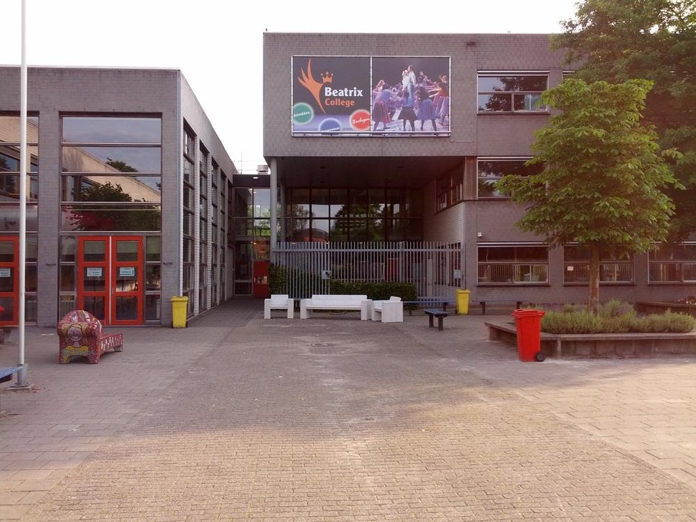 Loungebank en 2 loungestoel wit op schoolplein
