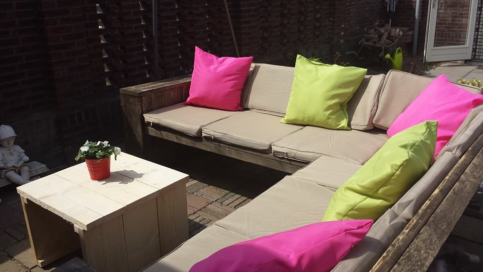 Hoekbank steigerhout met zwarte beits en gekleurde kussens