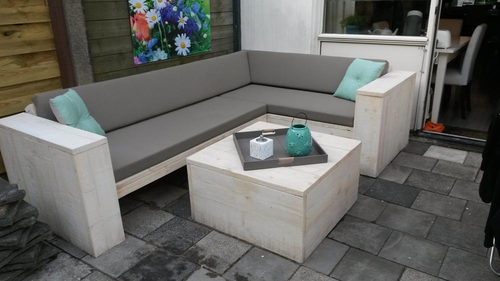 Hoekbank steigerhout wit met grijze kussens op maat gemaakt