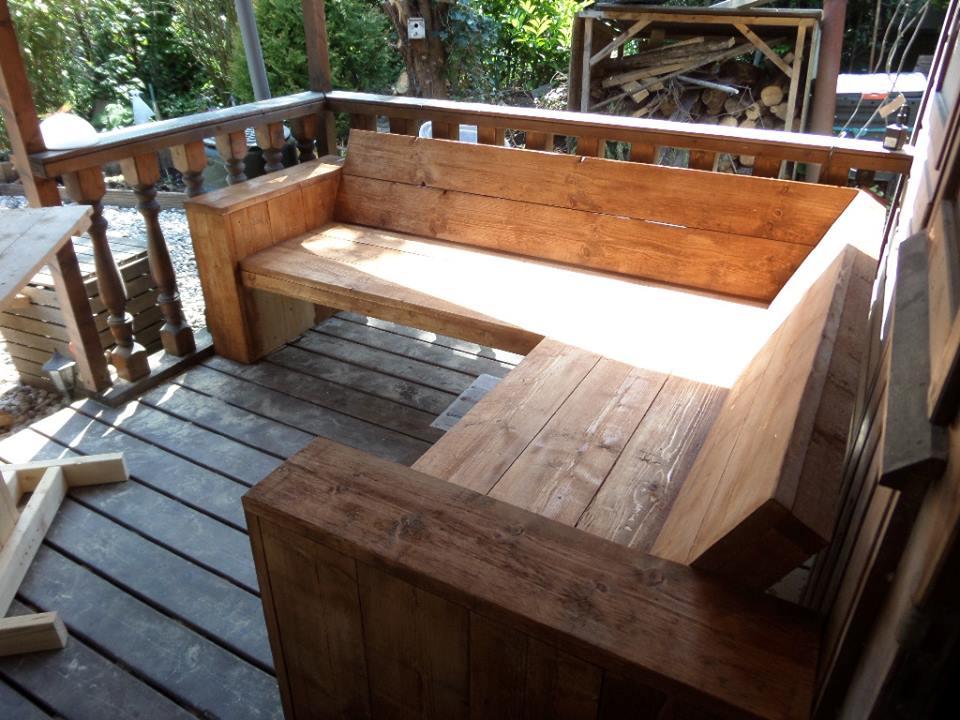 Hoekbank steigerhout bruin gebeitst op een veranda