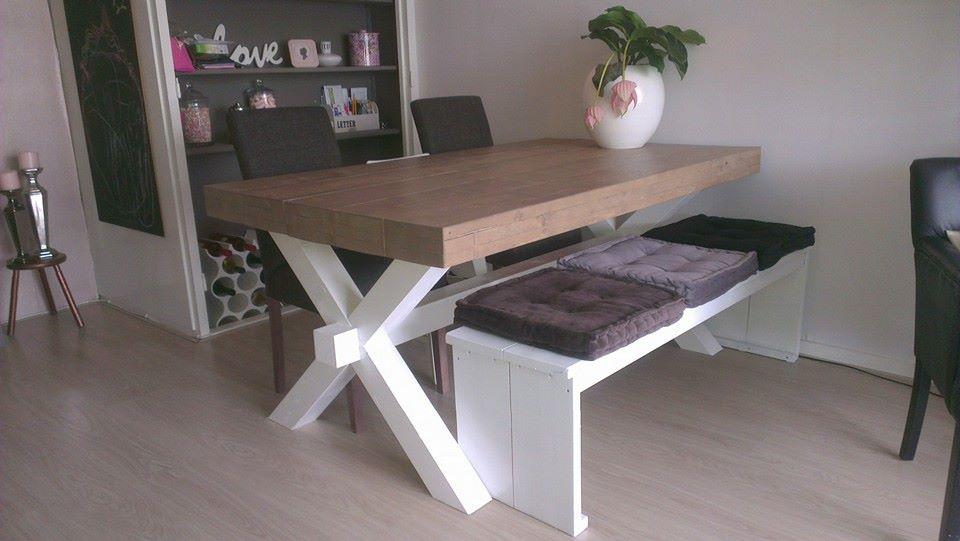 Steigerhout tafel met x poten in huiskamer