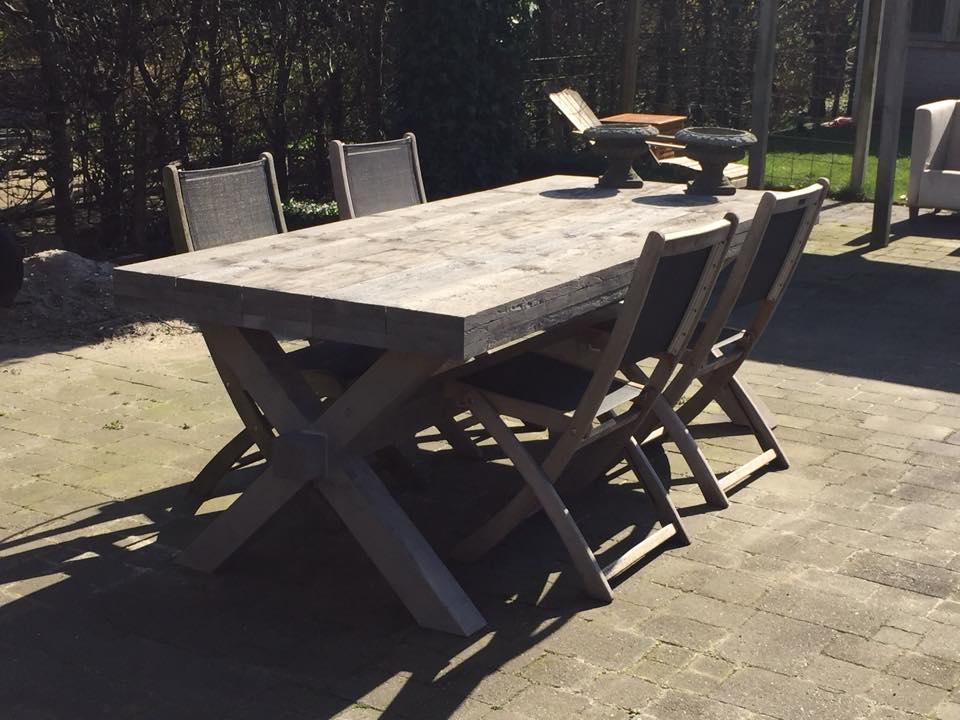 Steigehrout tafel x poot in tuin met tuinstoelen
