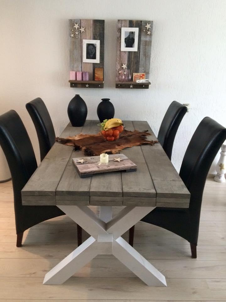 Steigerhout tafel met x poot in de woonkamer