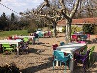 Steigerhout tafels bij camping in frankrijk