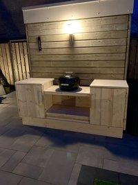 Zelf gemaakte houten buitenkeuken
