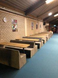 Steigerhout bankjes bij Indoor Pretpark Maasluis
