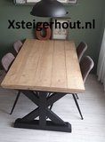 Landelijke tafel met zwarte poten en onbehandeld tafelblad steigerhout