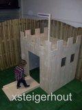 speelhuisje steigerhout kasteel met kind
